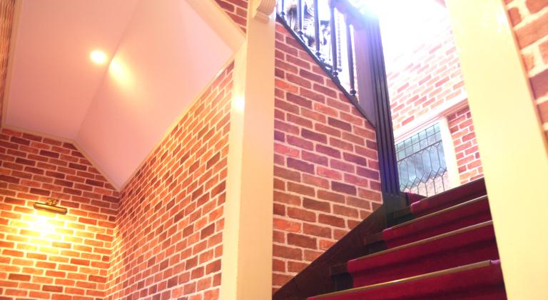 館内(フロント裏階段)