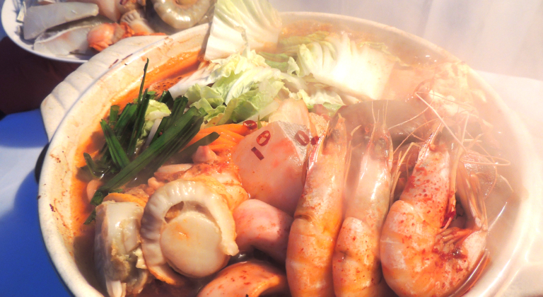 夕食追加メニューの海鮮チゲ鍋一例